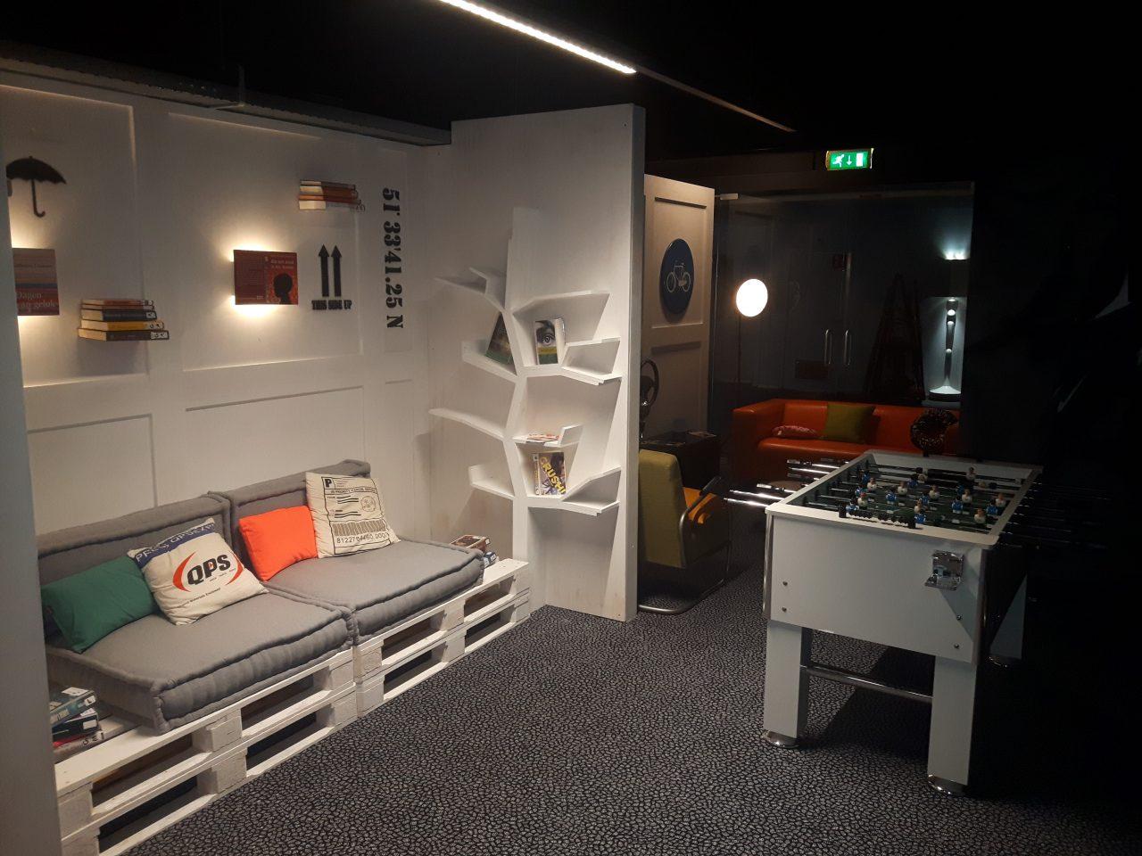 Wand met palletbank en boekenboom in ZB|Bibliotheek Vlissingen.