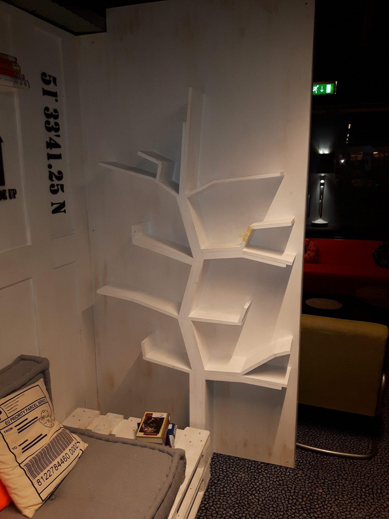 Boom boekenkast in ZB|Bibliotheek Vlissingen.