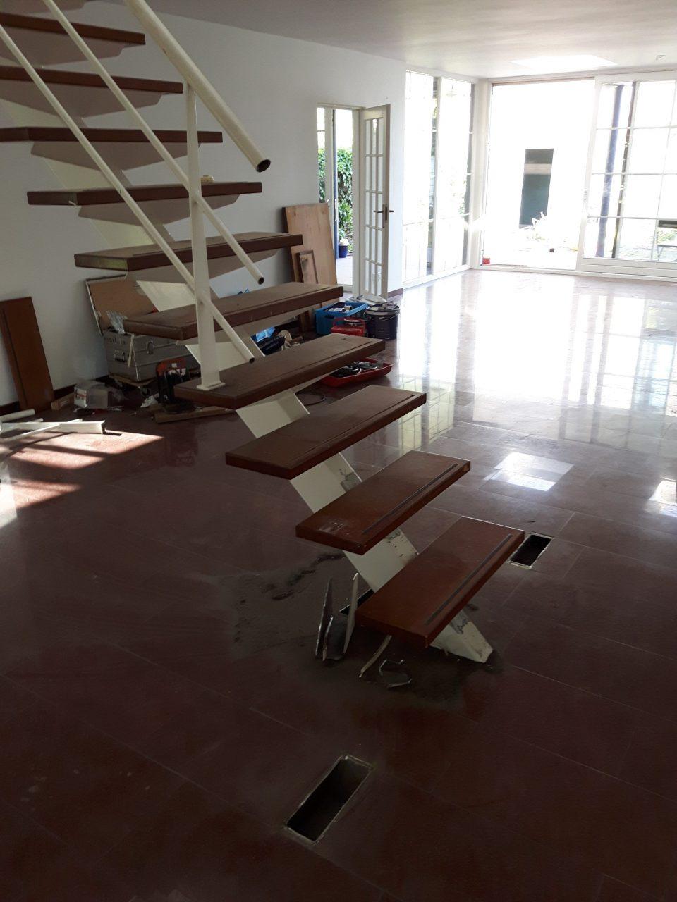 Stalen trap renovatie waarbij het bordes dat onderaan de trap zat is verwijderd en vervangen is door  drie treden.
