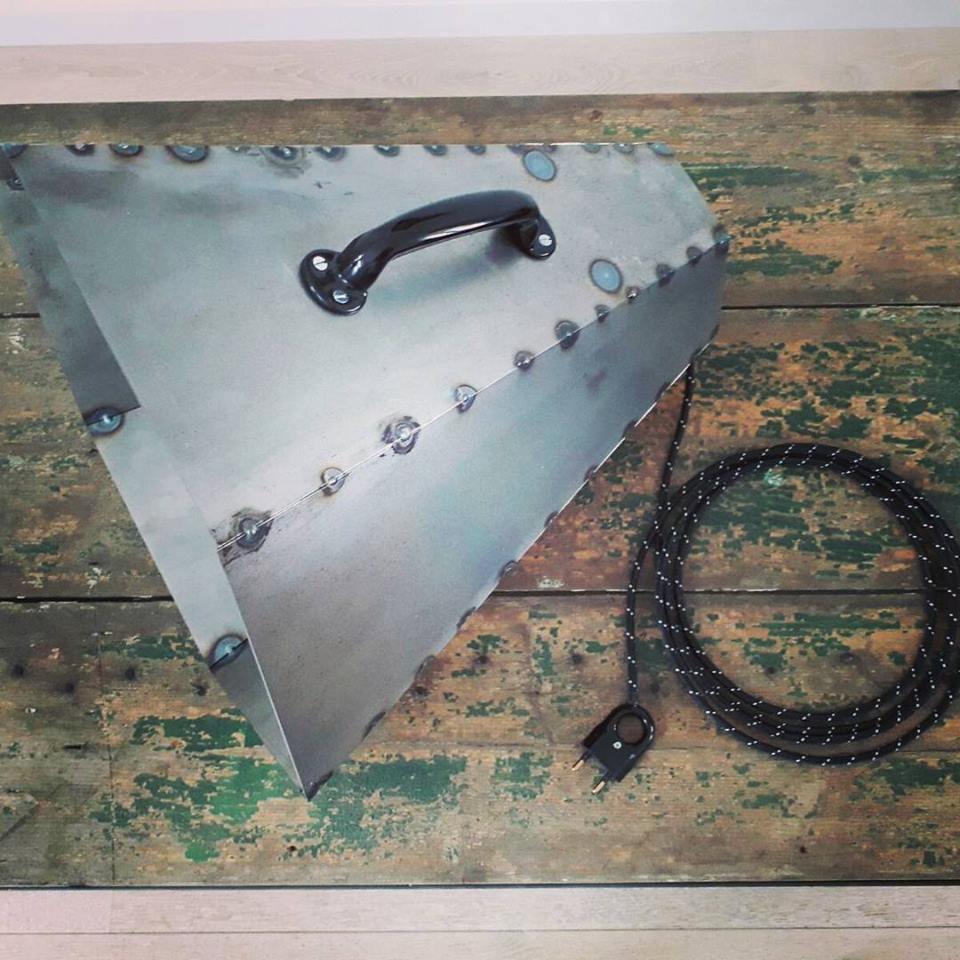 Stalen vloerlamp gemaakt van staal en is blank gecoat. Diameter van de kelk is 42cm lengte van de lamp 40cm. Kan uitgevoerd worden met vloerschakelaar of kabelschakelaar. Deze lamp kost €300.