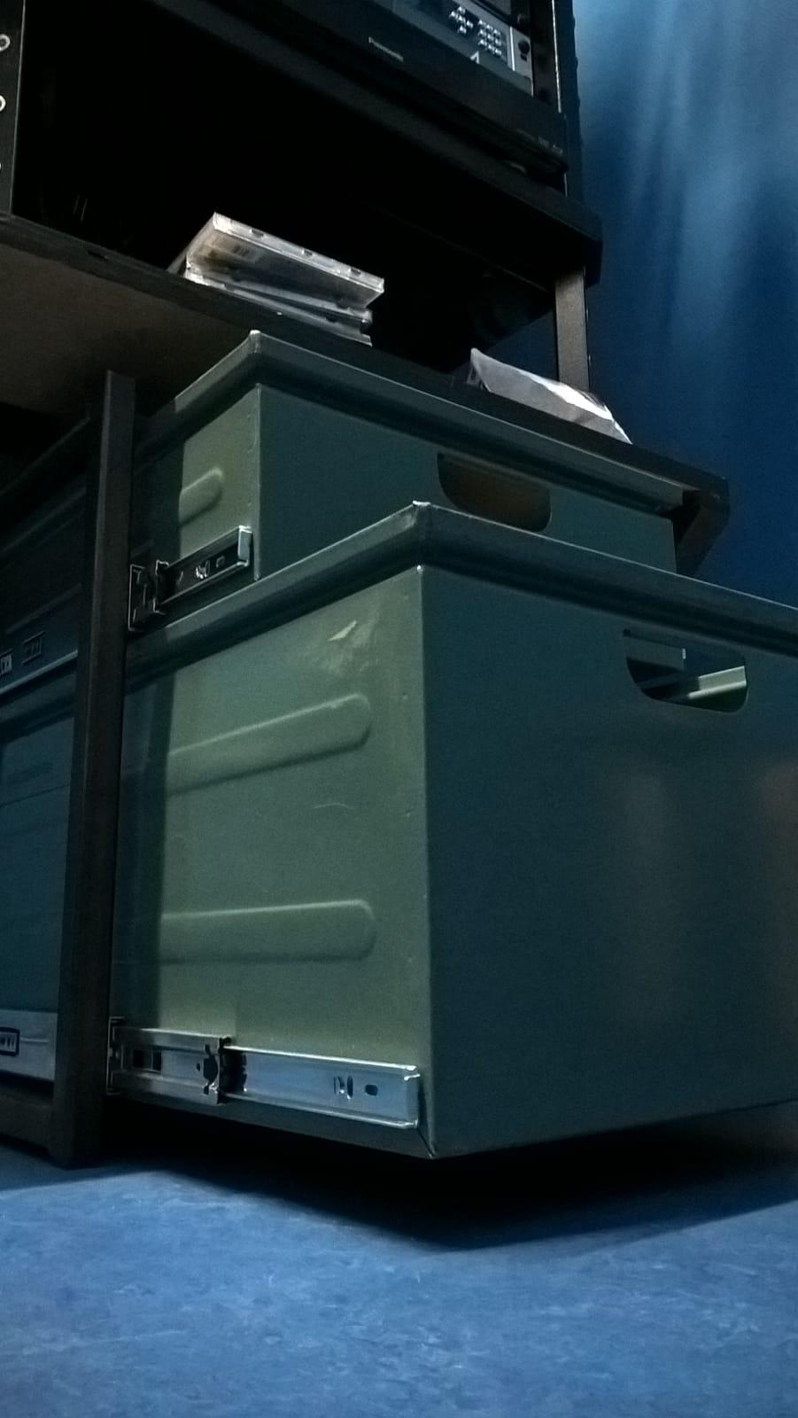 Een simpele ladenkast met oude magazijnbakken.